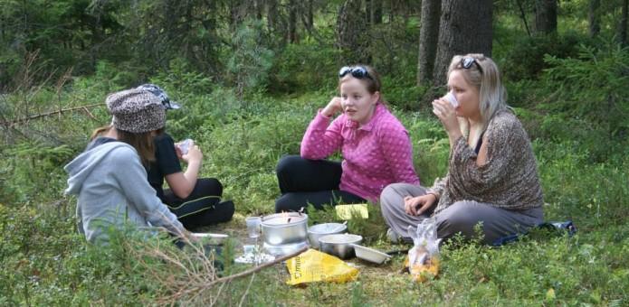 Metsässä tehtiin itse ruokaa trangioilla.